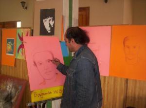 Feu Muhend Saïdi dessinant un portrait de Boujemâa Hebaz